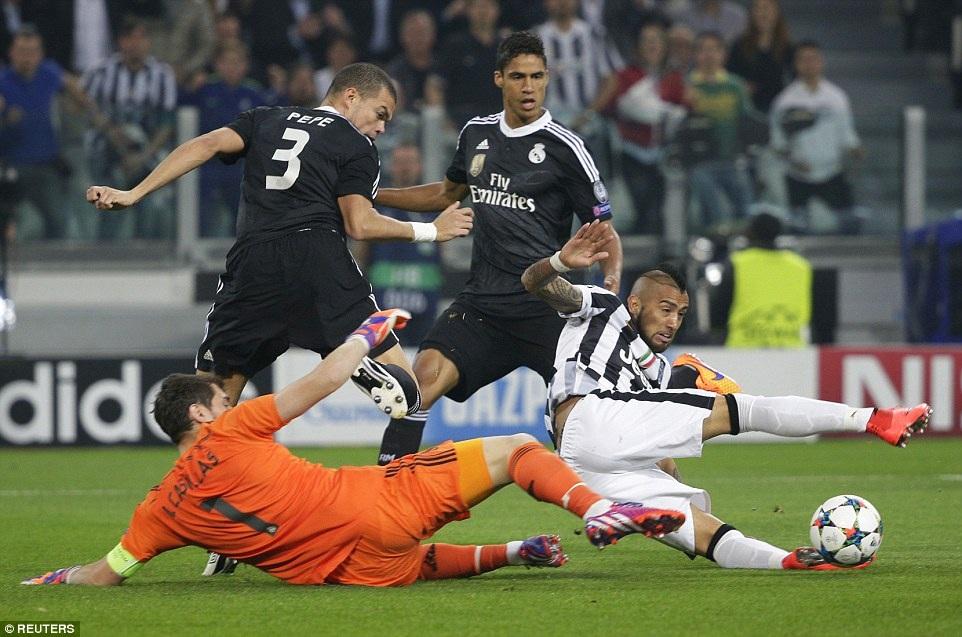 Pepe trong pha tranh bóng với cầu thủ Juventus