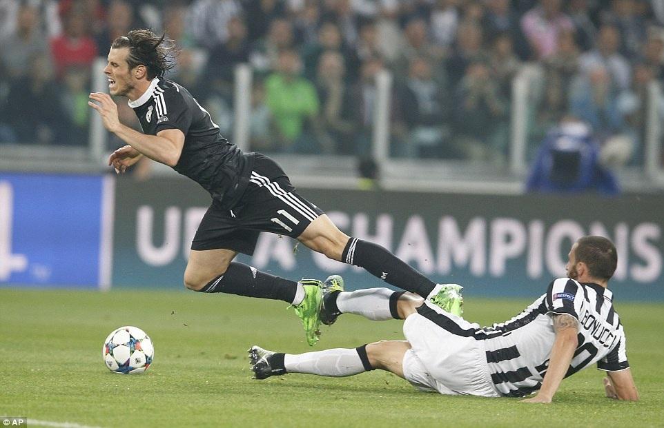 Bonucci vào bóng khá thô bạo với Bale