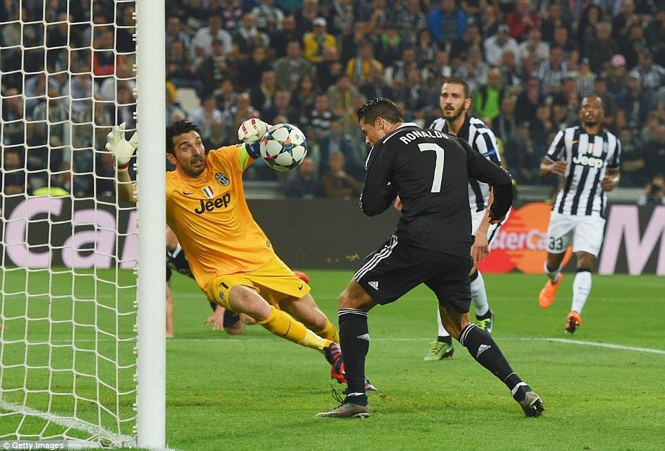 Nhưng đến phút 27, C.Ronaldo đánh đầu gỡ hòa 1-1 cho Real Madrid