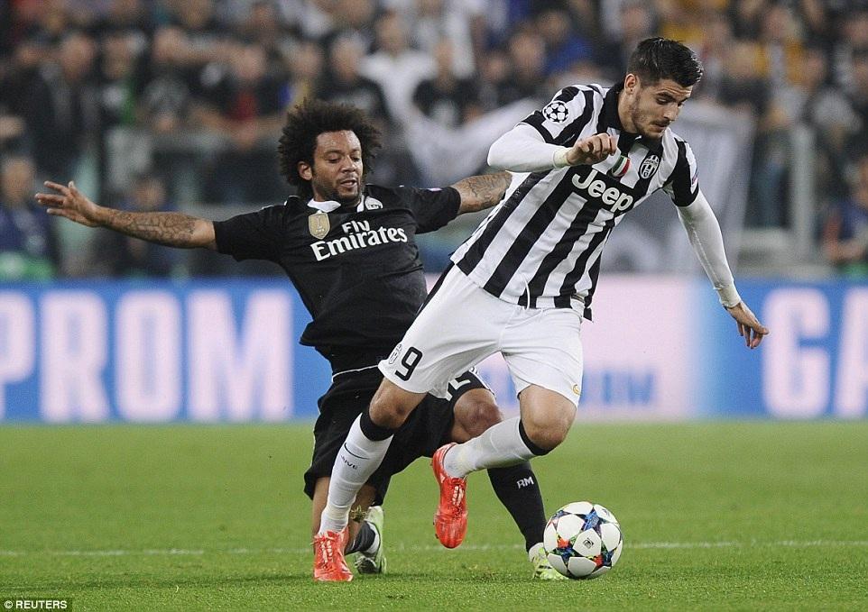 Marcelo trong pha bóng truy cản đồng đội cũ Morata