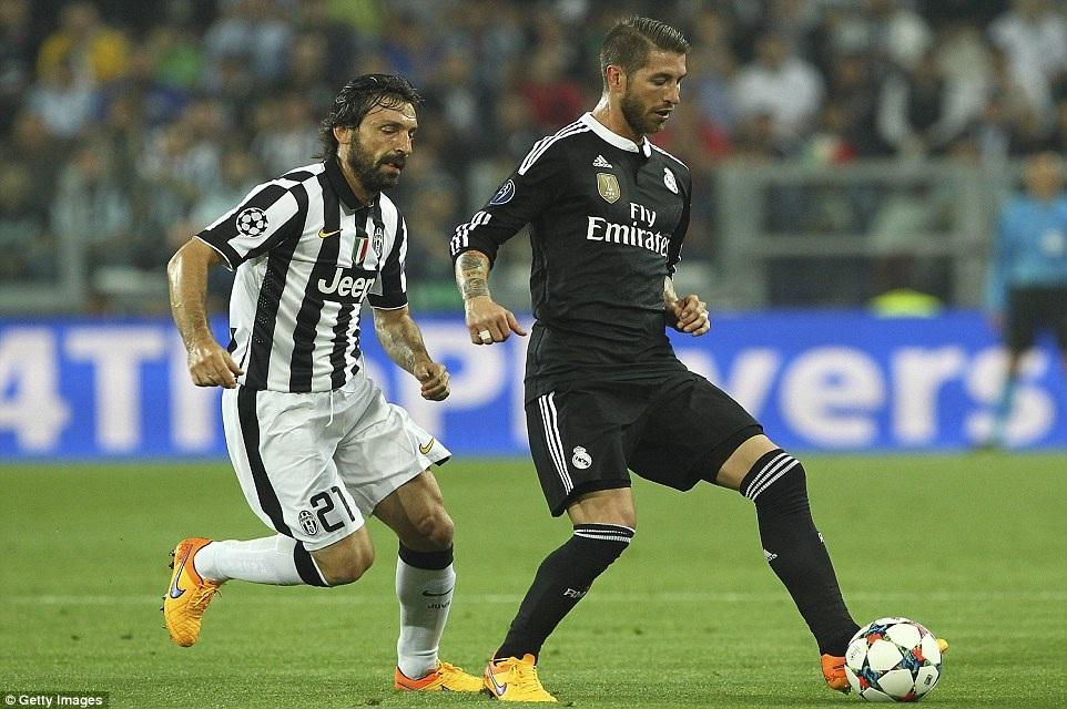 Ramos và Pirlo trong một pha tranh chấp