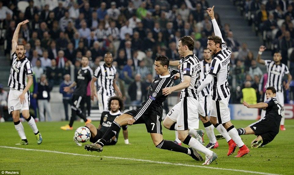 C.Ronaldo bỏ lỡ cơ hội đáng tiếc trong pha dứt điểm cận thành