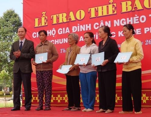 Ông Lê Quang Cường – Thứ trưởng Bộ Y tế trao thẻ BHYT cho hộ cận nghèo