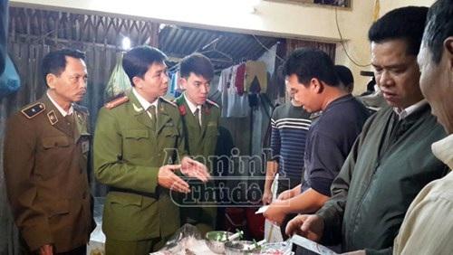 Các công nhân đang trình bày với lực lượng chức năng cách tiêm bột Agar vào thân tôm sú
