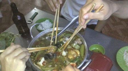 Thói quen dùng đũa của mình để gắp thức ăn chung làm tăng nguy cơ lây nhiễm