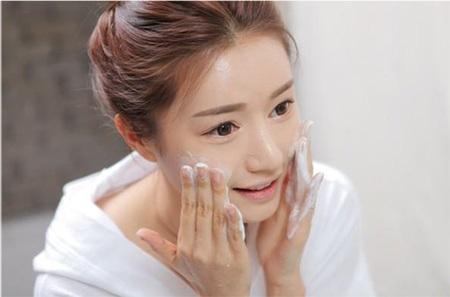 Đừng chủ quan mà không làm sạch da đúng cách vào mỗi buổi sáng nhé! (Nguồn ảnh: Internet)
