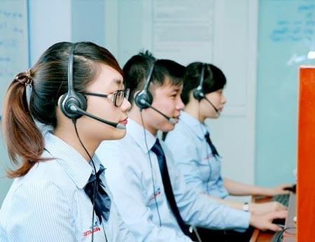 Cán bộ tổng đài tiếp nhận thông tin đăng ký của khách hàng.