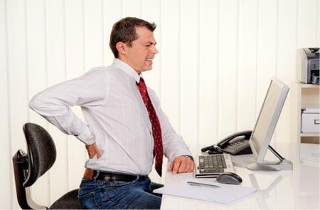 Đau lưng là triệu chứng thường gặp của bệnh thoát vị đĩa đệm