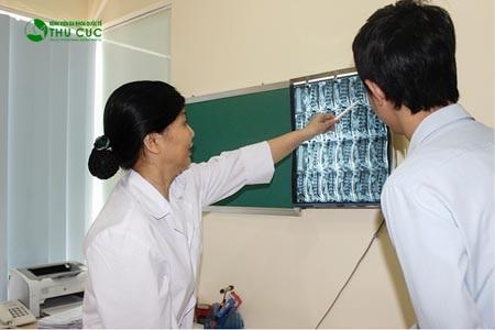 Bác sĩ tại Bệnh viện Thu Cúc đang khám cho người bệnh thoát vị đĩa đệm cột sống thắt lưng.