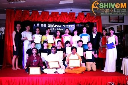 Các học viên nhận bằng trong lễ bế giảng khóa 1