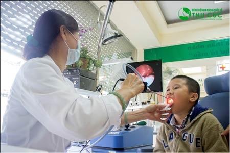 Bệnh nhi được khám họng tại Bệnh viện Thu Cúc