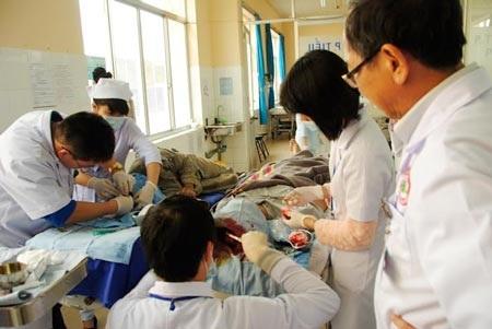 Nạn nhân đang được các bác sĩ phẫu thuật, khâu lại vết thương.