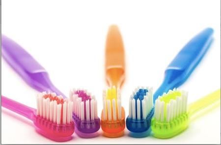 Bàn chải lông cứng là một trong những nguyên nhân khiến răng nhạy cảm.
