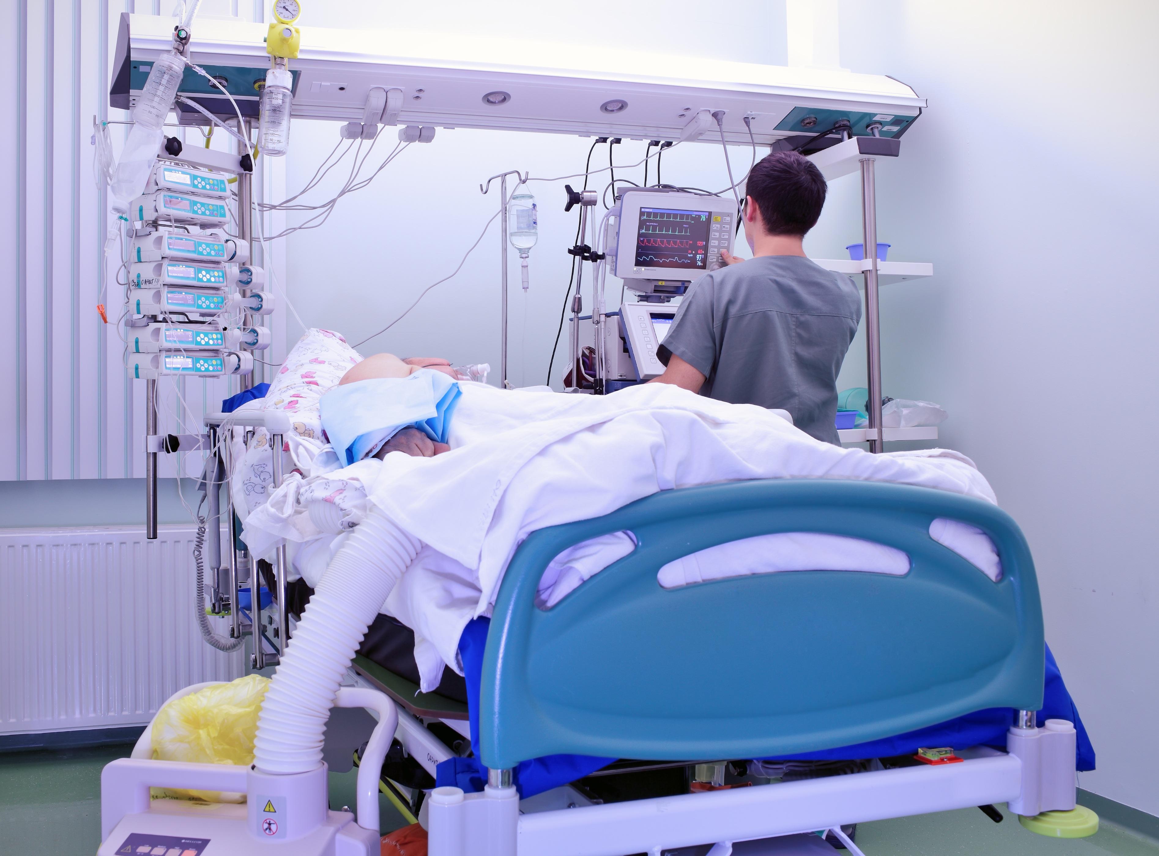 Nhiều BS cho rằng dù còn một cơ hội điều trị cũng phải cố hết lòng vì người bệnh.