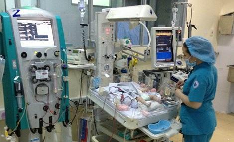 Bệnh nhi đang được chăm sóc tại Bệnh viện Nhi đồng 1. Ảnh: Duy Tính.