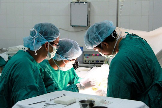 Một ca phẫu thuật tại Bệnh viện Chỉnh hình và Phục hồi chức năng TP HCM. Ảnh: HOÀNG TRIỀU