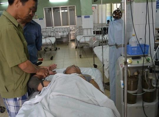 Anh N.D.H được đưa vào cấp cứu trong tình trạng bị dập nát bàn tay do pháo nổ