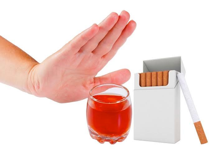 Thuốc lá và rượu bia là những tác nhân gây mất xương cần tránh xa