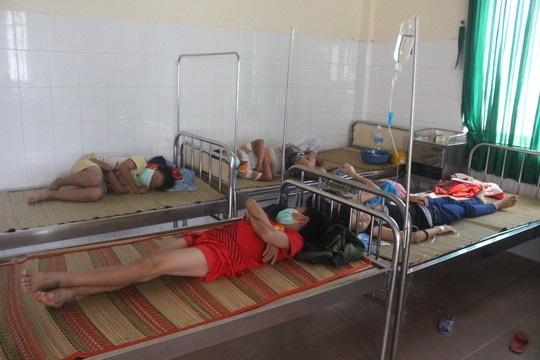 Học sinh đồng loạt bị sốt đang được điều trị tại TTYT huyện Đạ Tẻh