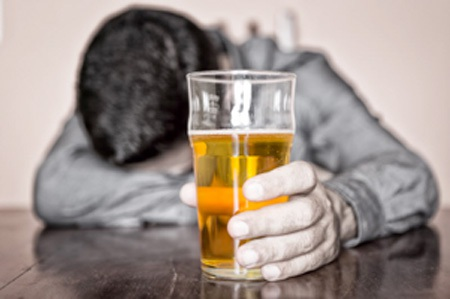 """Bia rượu ngày xuân khiến nhiều """"đấng nam nhi"""" bơ phờ, mệt mỏi"""