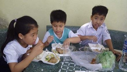 Phụ huynh nơm nớp lo chất lượng bữa ăn của con em mình ở trường. Ảnh: P.V.