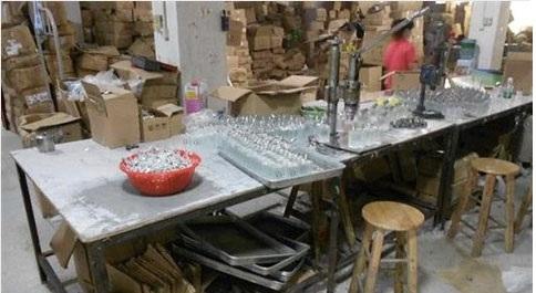 Bên trong một xưởng sản xuất nước hoa giả. Ảnh: Sở Cảnh sát London
