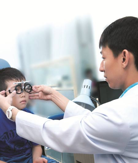 Muốn phát hiện sớm các vấn đề về khúc xạ nếu có ở trẻ thì bạn nên dẫn trẻ đi khám mắt định kỳ