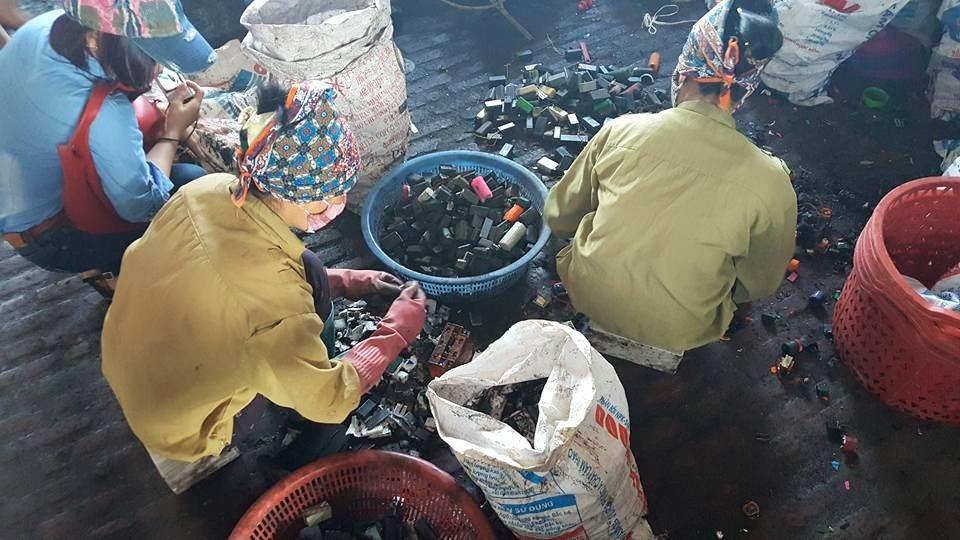 Người dân làng Đông Mai tham gia trực tiếp vào việc tái chế chì.
