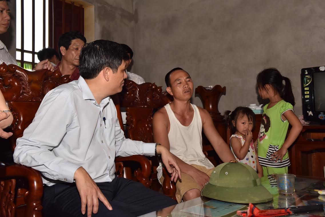 Thứ trưởng Bộ Y tế Nguyễn Thanh Long thăm gia đình đã được tẩy độc chì