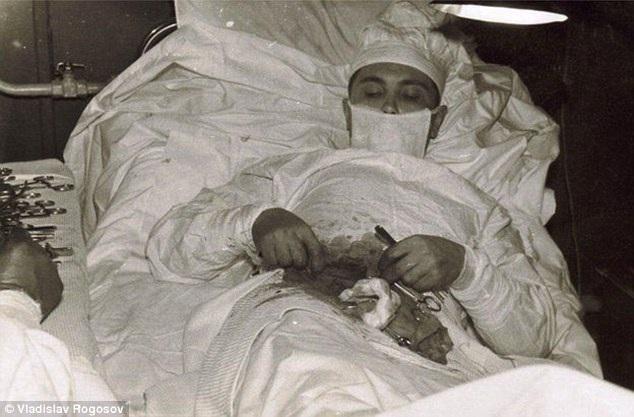 Bị kẹt ở Nam Cực, bác sĩ tự mổ ruột thừa cho mình
