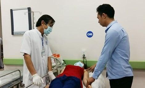 Các bác sĩ đang khám bệnh cho chị M. (Ngọc Thư)
