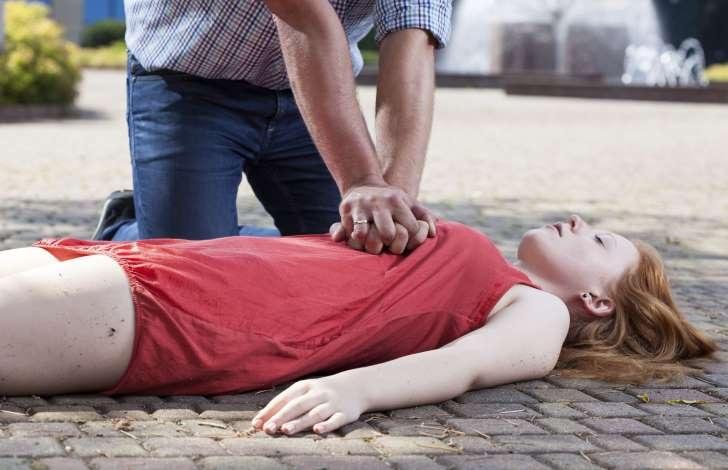 Sai lầm 4: Thực hiện hồi sức cấp cứu bằng cách hà hơi thổi ngạt thay cho ép tim ngoài lồng ngực.