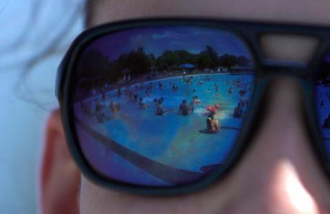 Cảnh giác với bệnh mắt khi đi tắm biển