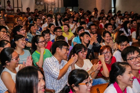 Các bạn sinh viên hào hứng cỗ vũ đội thi trong vòng chung kết