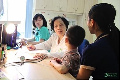 Bác sĩ trực tiếp thăm khám cho bé và tư vấn cách chăm sóc bé cho cha mẹ