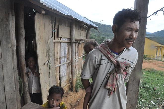 Hồ Văn Tí vẫn chưa hết bàng hoàng khi đứa con trai đầu Hồ Văn Quý vừa đau họng đã chết