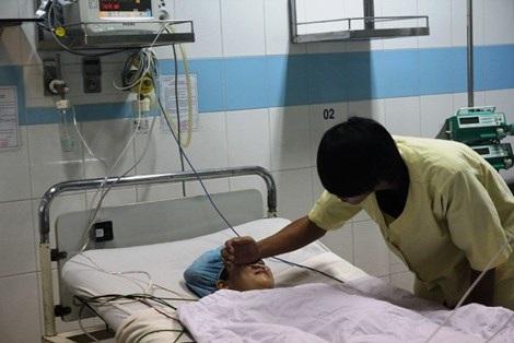Anh Vương đang chăm sóc chị Huệ tại bệnh viện.