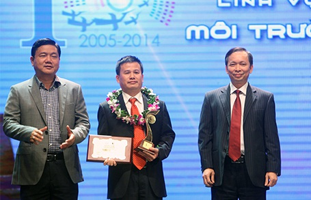 Bộ trưởng Đinh La Thăng và ông Đào Minh Tú trao giải thưởng lĩnh vực Môi trường (Ảnh: Hữu Nghị)