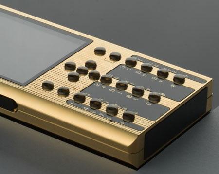 Những viên ngọc sapphire nổi bật trên nền vàng của điện thoại.