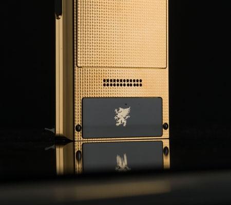 Logo Mobiado được dát vàng tinh tế trên nền sapphire đen.