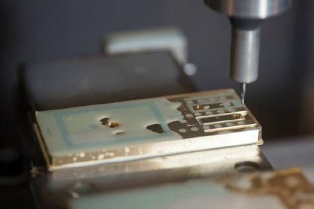 Quy trình chế tác trên máy CNC với sai số chỉ bằng 1/6 sợi tóc.