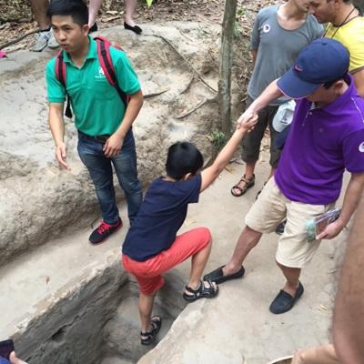 Đường hầm sâu dưới đất 3-8m, chiều cao chỉ đủ một người đi lom khom.