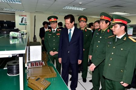 Thủ tướng Nguyễn Tấn Dũng thăm một số cơ sở sản xuất nghiên cứu của Viettel. (