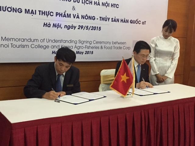 Doanh nghiệp Hàn Quốc dạy sinh viên Việt Nam chế biến món ăn