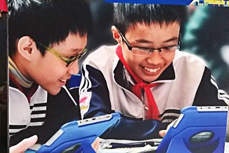 Sách giáo khoa điện tử giúp học sinh giảm tải gánh nặng mang vác sách khi đến trường