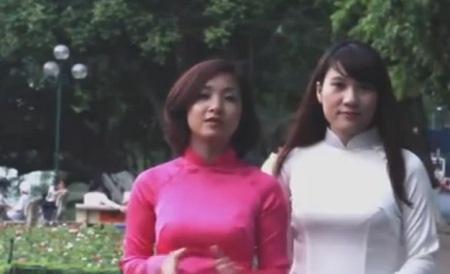 Sandy và Anna trong trang phục áo dài truyền thống của Việt Nam
