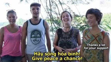 Nhiều bạn trẻ nước ngoài cùng gửi đi thông điệp Hãy sống hòa bình