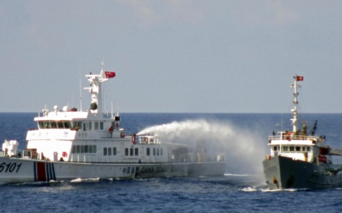 Tàu lớn của Trung Quốc phun vòi rồng vào tàu chấp pháp của Việt Nam