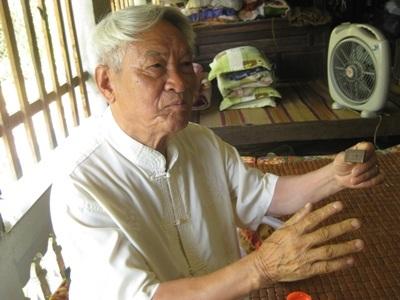 Ông Lê Văn Khánh giới thiệu nguồn gốc của từng hiện vật trong bộ sưu tập