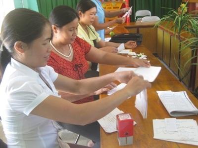 Các giáo viên chuẩn bị giấy mời họp phụ huynh và đưa đến tận tay cho phụ huynh.